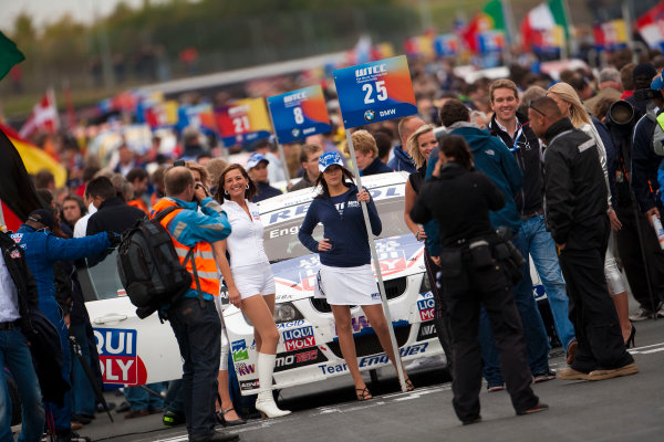 Oschersleben, Germany. 4th - 6th September 2009. Franz Engstler, BMW 320si on the grid with some grid girls. Atmosphere. World Copyright: Drew Gibson/LAT Photographic.ref: Digital Image _Y2Z9841