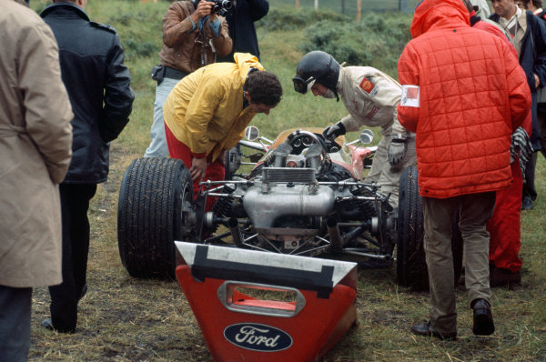 Zandvoort, Holland.  21-23 June 1968.  Jackie Oliver (Lotus 49B-Ford), not classified, spun, action. Ref - 68HOL05  World Copyright - LAT Photographic