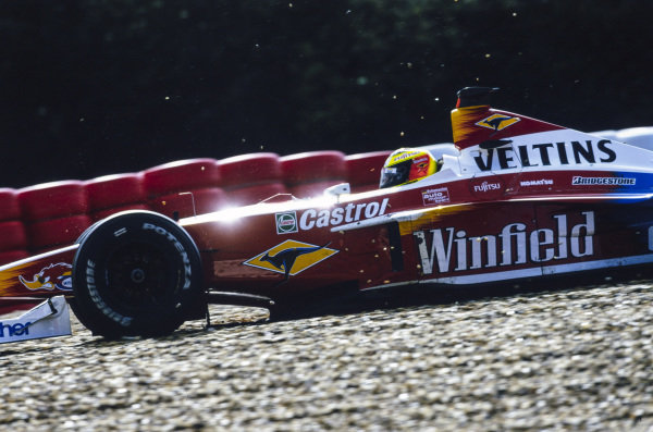 Ralf Schumacher, Williams FW21 Supertec, spins out with a puncture.