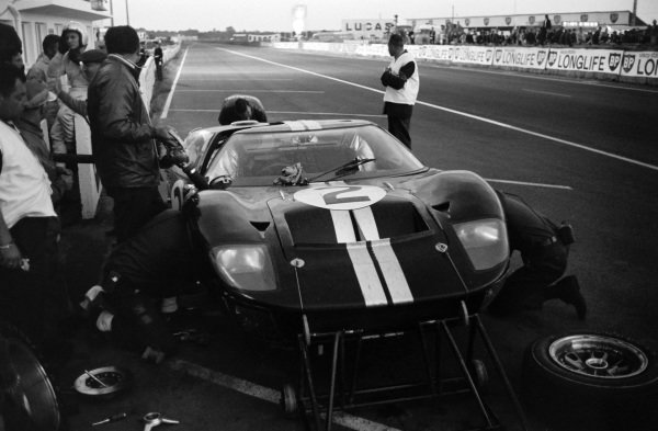 Bruce McLaren / Chris Amon, Shelby American Inc., Ford Mk II, makes a pitstop.