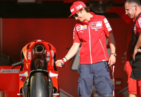 Gran Premio D'Itali Alice.Mugello, Italy. 30th May 2009.Nicky Hayden still in love with his Ducati Marlboro Desmoscedici.World Copyright: Martin Heath/LAT Photographicref: Digital Image BPI_Moto 8jd7