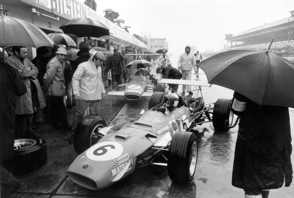1968 German Grand Prix.Nurburgring, Germany. 4 August 1968.Jackie Stewart (Matra MS10 Ford), 1st position, waits in the pits before qualifying with Graham Hill (Lotus 49B-Ford), 2nd position, looking on, action.World Copyright: LAT PhotographicRef: 851M - 10A.