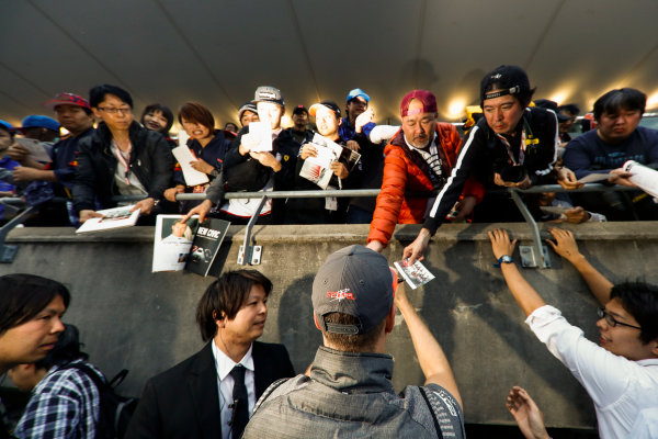 Suzuka Circuit, Japan. Thursday 05 October 2017. Stoffel Vandoorne, McLaren, signs an autograph. World Copyright: Glenn Dunbar/LAT Images  ref: Digital Image _X4I4733