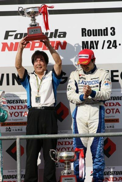 2008 Formula Nippon Championship.Twin Ring Motegi, Japan.24th - 25th May 2008Race podium - winner, Tsugio Matsuda (LAWSON IMPUL), 1st position. With Team Director Kazuyoshi Hoshino. Podium.World Copyright: Yasushi Ishihara / LAT Photographicref: Digital Image 2008FN_R3_009