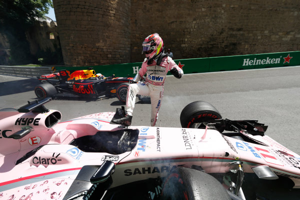 Baku City Circuit, Baku, Azerbaijan. Friday 23 June 2017. Sergio Perez, Force India, climbs out of his crashed car in FP1, as Daniel Ricciardo, Red Bull Racing RB13 TAG Heuer, passes by. World Copyright: Glenn Dunbar/LAT Images ref: Digital Image _31I9543