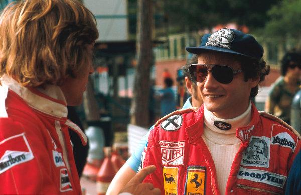 1977 Monaco Grand Prix.Monte Carlo, Monaco.20-22 May 1977.Niki Lauda (Ferrari) 2nd position talks to James Hunt (McLaren Ford)Ref-77 MON 37.World Copyright - LAT Photographic