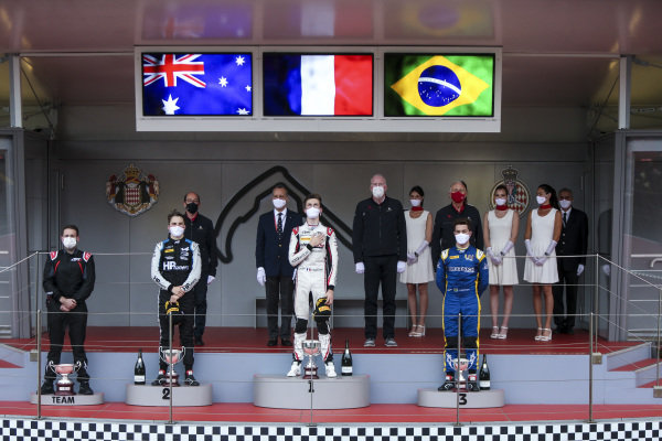 Oscar Piastri (AUS, Prema Racing), 2nd position, Theo Pourchaire (FRA, ART Grand Prix), 1st position, and Felipe Drugovich (BRA, Uni-Virtuosi), 3rd position, on the podium