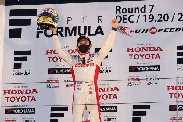 2020 Super Formula drivers' champion Naoki Yamamoto ( #5 DOCOMO TEAM DANDELION RACING, Dallara SF19 Honda ), 5th place, celebrates on the podium with his helmet