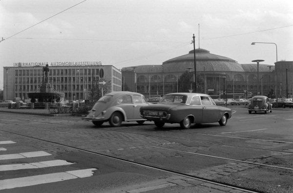Ford Taunus, Volkswagen Beetle/Frankfurt street scene