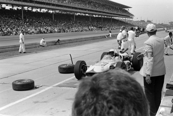 Roger Ward, Bob Wilke, Watson Ford, makes a pitstop.