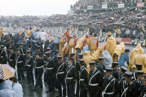 1972 Le Mans 24 hours.Le Mans, France. 10-11 June 1972.Gendarmes, spectators, and Matra-Simca mechanics wait for the finish in the rain. Atmosphere, pits, police.World Copyright: LAT PhotographicRef: 35mm transparency 72LM09