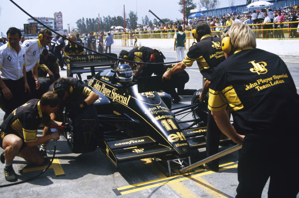 1986 Mexican Grand Prix  Mexico City, Mexico. 9-12th October 1986.  Mechanics change tyres for Johnny Dumfries, Lotus 98T Renault, during a pitstop.  Ref: 86MEX23. World copyright: LAT Photographic