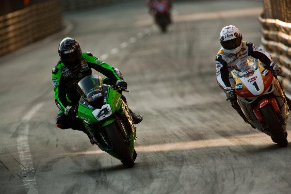 19th - 22nd November 2009. Circuit de Guia, Macau. Conor Cummins, (PBM Kawasaki WSBK Team) passes Stuart Easton, (Hydrex IGT Honda) for the lead.Action. World Copyright: Drew Gibson/LAT Photographic.ref: Digital Image VY9E0611