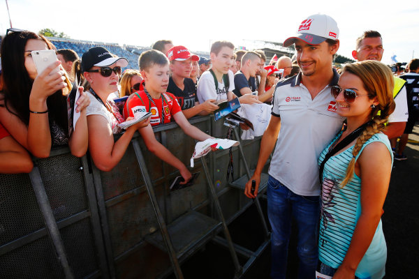 Hungaroring, Budapest, Hungary. Thursday 21 July 2016. Esteban Gutierrez, Haas F1 poses for a picture with a fan. World Copyright: Andrew Hone/LAT Photographic ref: Digital Image _ONZ0671