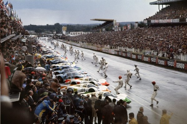 Le Mans, France. 28-29 September 1968. Rolf Stommelen reaches his Porsche 908 first at the traditional start. World Copyright: LAT Photographic Ref; 68LM