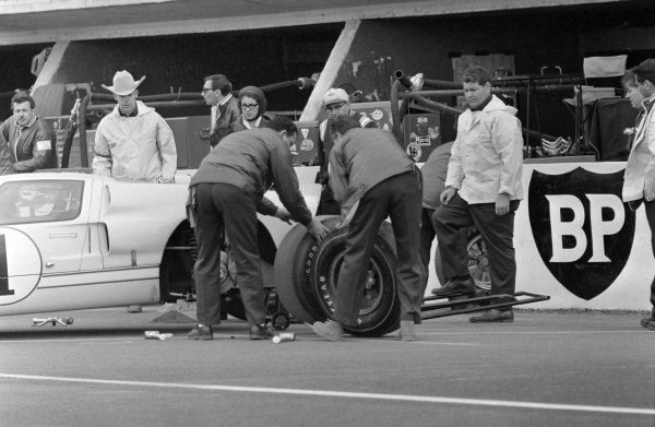 Ken Miles / Denis Hulme, Shelby American Inc., Ford Mk II, makes a pitstop for a change of tyres.