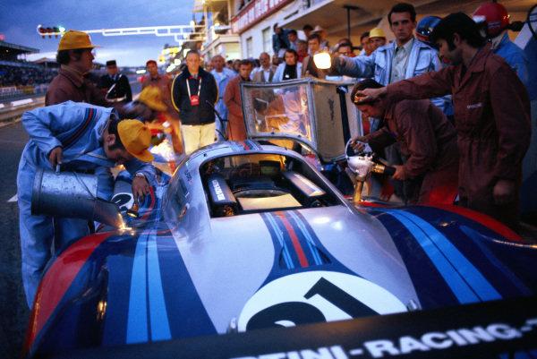 Gerard Larrousse / Vic Elford, Martini International Racing Team, Porsche 917 LH is refuelled in the pits. Helmut Bott, in front, observes the procedure whilst engineer Helmut Flegel holds the light.