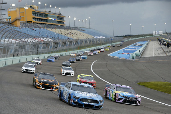 Kevin Harvick, Stewart-Haas Racing Ford Busch Light, Kyle Busch, Joe Gibbs Racing Toyota M&M's Messages, lead the field, Copyright: Michael Reaves/Getty Images.