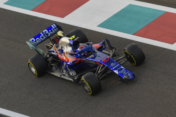 Pierre Gasly, Toro Rosso STR14 pits minus a front wing