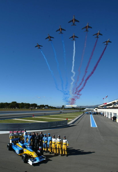 The French Air Force display team, the Patrouille de France, fly over the Renault launch.23 January 2003, Paul Ricard, France.DIGITAL IMAGE.