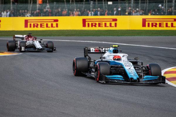 Robert Kubica, Williams FW42, leads Kimi Raikkonen, Alfa Romeo Racing C38