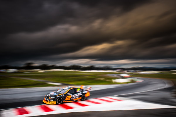 2017 Supercars Championship Round 5.  Winton SuperSprint, Winton Raceway, Victoria, Australia. Friday May 19th to Sunday May 21st 2017. James Courtney drives the #22 Mobil 1 HSV Racing Holden Commodore VF. World Copyright: Daniel Kalisz/LAT Images Ref: Digital Image 190517_VASCR5_DKIMG_3592.JPG