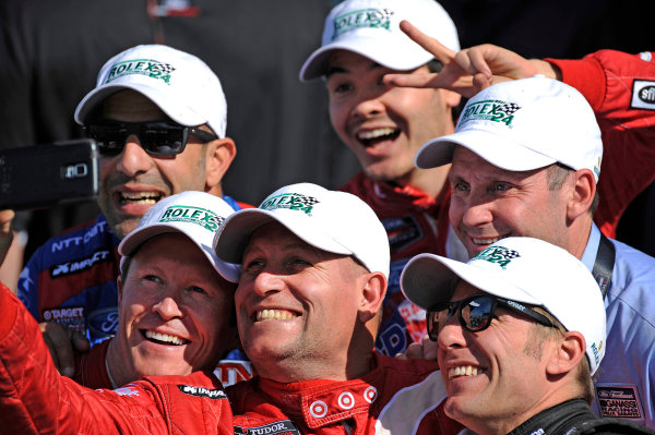 "22-25 January, 2015, Daytona Beach, Florida USA A crew member takes a ""selfie"" with 02, Ford EcoBoost, Riley DP, P, Tony Kanaan, Scott Dixon, Kyle Larson, Jamie McMurray ?2015, F. Peirce Williams LAT Photo USA"