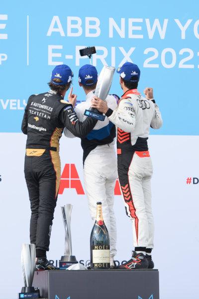 Jean-Eric Vergne (FRA), DS Techeetah, 2nd position, Maximilian Guenther (DEU), BMW I Andretti Motorsport, 1st position, and Lucas Di Grassi (BRA), Audi Sport ABT Schaeffler, 3rd position, celebrate on the podium