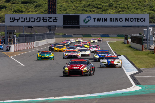 The start of the GT300 race. The eventual second position Katsuyuki Hiranaka & Hironobu Yasuda, GAINER, Nissan GT-R Nismo GT3, leads the field