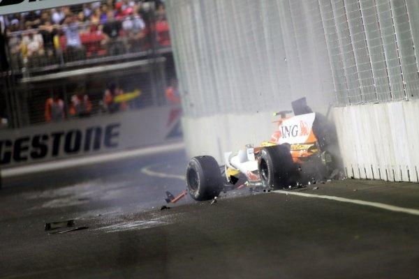Nelson Piquet Jr. (BRA) Renault R28 crashes into the wall. Formula One World Championship, Rd 15, Singapore Grand Prix, Race, Singapore, Sunday 28 September 2008.