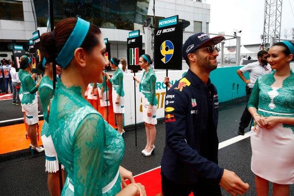 Sepang International Circuit, Sepang, Malaysia. Sunday 01 October 2017. Daniel Ricciardo, Red Bull Racing, walks through an avenue of grid girls. World Copyright: Andy Hone/LAT Images  ref: Digital Image _ONY4419