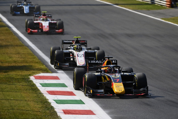 Liam Lawson (NZL, Hitech Grand Prix), leads Theo Pourchaire (FRA, ART Grand Prix), and Oscar Piastri (AUS, Prema Racing)