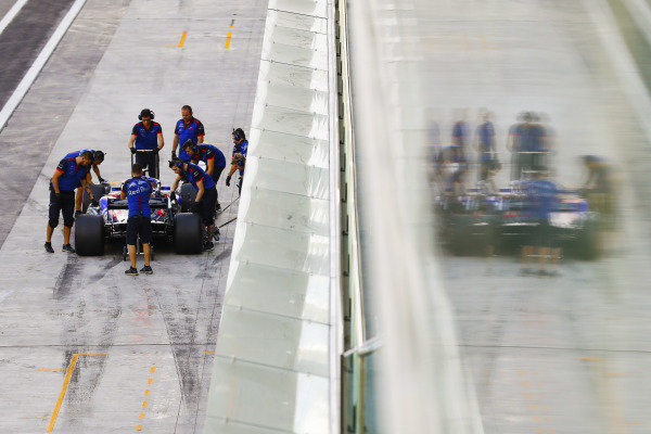 Sean Gelael, Toro Rosso STR13 Renault, stops in his pit area.
