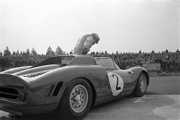 Mike Parkes / Jean Guichet, SpA Ferrari SEFAC, Ferrari 275 P2 0832.