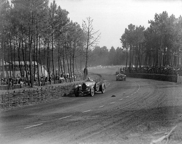 Le Mans, France. 16-17 June 1934.Max Fourny/Louis Decaroli (Bugatti T55) leads Earl Howe/Tim Rose-Richards (Alfa Romeo 8C).Ref-Motor 800/87.World Copyright - LAT Photographic