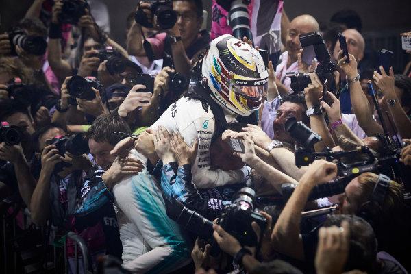 Marina Bay Circuit, Marina Bay, Singapore. Sunday 17 September 2017. Lewis Hamilton, Mercedes AMG, 1st Position, celebrates on arrival in Parc Ferme. World Copyright: Steve Etherington/LAT Images  ref: Digital Image SNE17156
