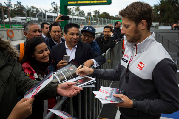Autodromo Hermanos Rodriguez, Mexico City, Mexico. Thursday 27 October 2016. Romain Grosjean, Haas F1, signs autographs for fans. World Copyright: Andrew Hone/LAT Photographic ref: Digital Image _ONZ0089