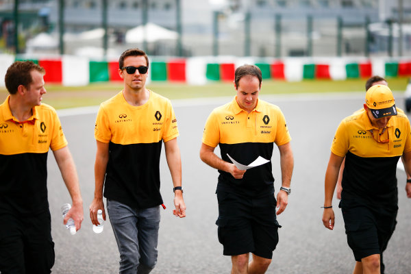 Suzuka Circuit, Japan. Thursday 05 October 2017. Jolyon Palmer, Renault Sport F1, walks the track with his team. World Copyright: Andy Hone/LAT Images  ref: Digital Image _ONZ0730