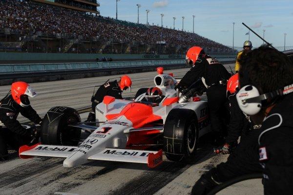 Helio Castroneves (BRA), Team Penske, makes his pitstop. Indycar Series, Rd17, Firestone Indy 300, Homestead Miami Speedway, Miami, FL, USA. 9-10 October 2009.