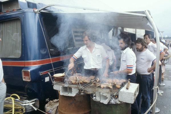 1980 Brazilian Grand Prix. Interlagos, Sao Paulo, Brazil. 25-27 January 1980. The Team Lotus crew have a barbeque.Ref-80 BRA 22 (60mb Scan)World Copyright - LAT Photographic
