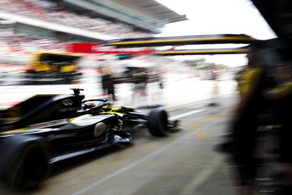 Daniel Ricciardo, Renault R.S.19, in the pit lane