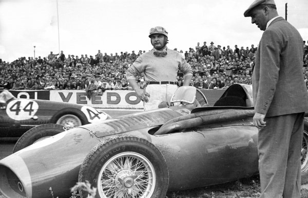 1954 French Grand Prix.  Reims, France. 4 July 1954.  Jose Froilan Gonzalez, Ferrari 553 Squalo, retired, portrait.  World Copyright: LAT Photographic