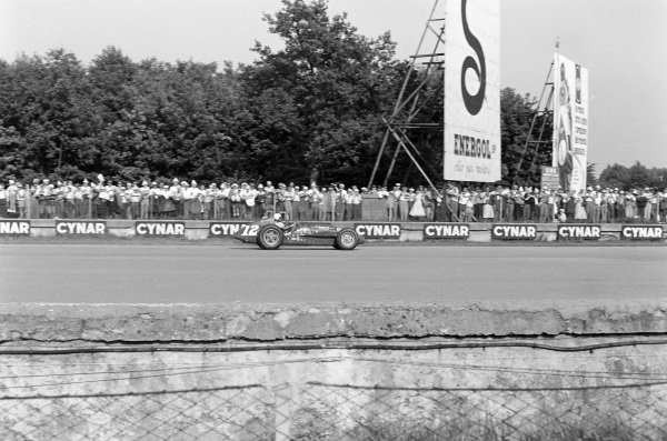 Pat O'Connor, Sumar, Kurtis Kraft 500G Offenhauser, signals.