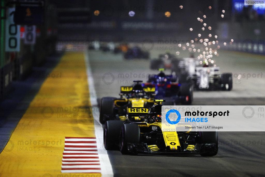 Carlos Sainz Jr., Renault Sport F1 Team R.S. 18, leads Nico Hulkenberg, Renault Sport F1 Team R.S. 18, Brendon Hartley, Toro Rosso STR13 Honda, and Marcus Ericsson, Alfa Romeo Sauber C37