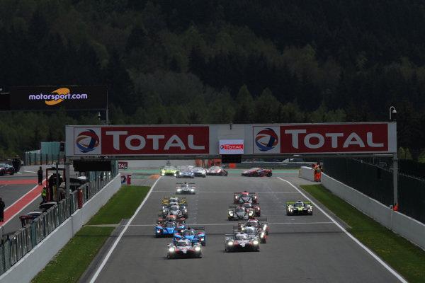 Start of the race, #7 Toyota Gazoo Racing Toyota TS050: Mike Conway, Jose Maria Lopez, Kamui Kobayashi leads