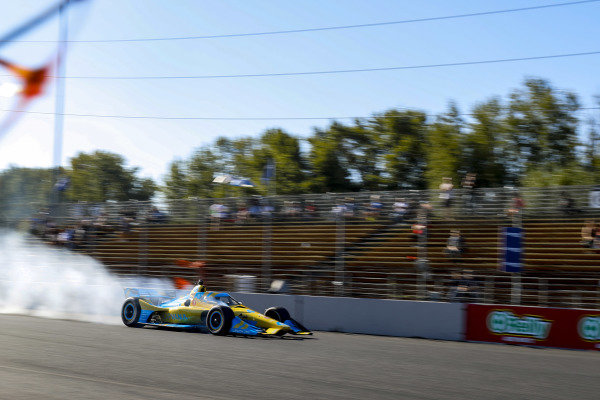 #48: Jimmie Johnson, Chip Ganassi Racing Honda locks the brakes