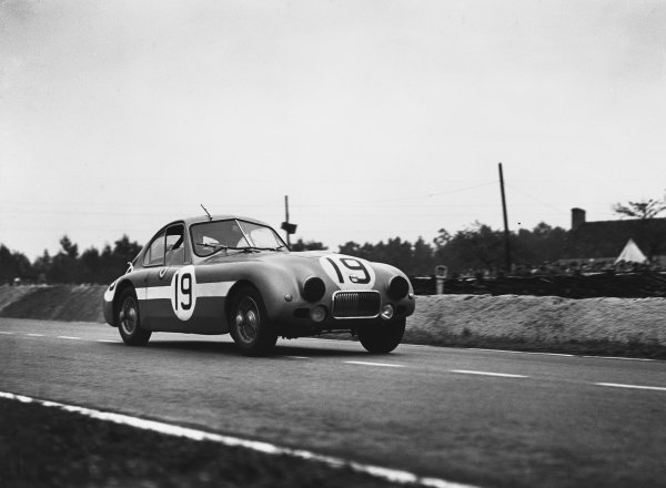 Le Mans, France. 23rd - 24th June 1951 Tony Rolt/Duncan Hamilton (Nash-Healey coupe), 6th position, action. World Copyright: LAT Photographic Ref: Autocar Glass Plate C29668.