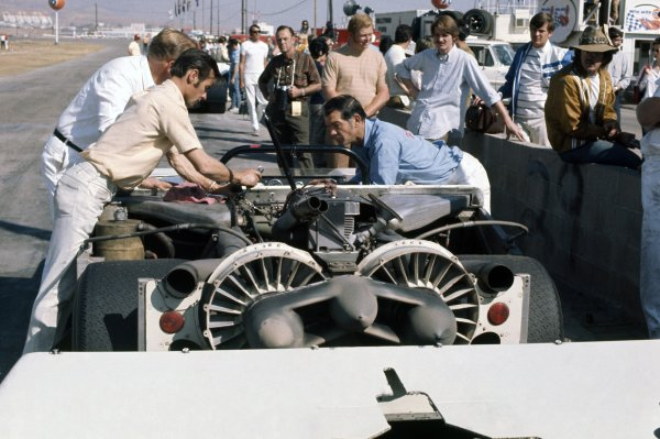 1970 Can-Am Challenge Cup.CanAm race. Riverside, California, United States (USA). 1 November 1970.The Chaparral 2J-Chevrolet of Vic Elford in the pits.World Copyright: LAT PhotographicRef: 35mm transparency 70CANAM23