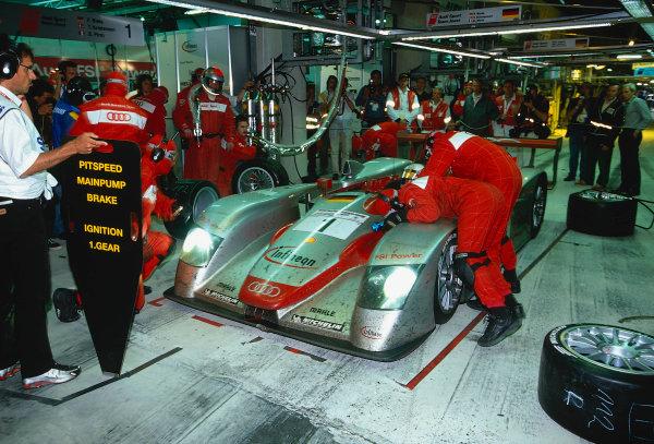 2002 Le Mans 24hr, La Sarthe, France, 15 -16 June 2002. Routine pitstop for the Audi Sport Team Joest No.1 car World Copyright: LAT Photographic Ref: 02LM31.