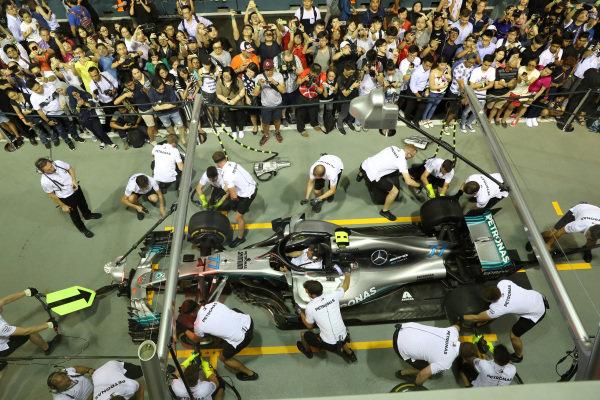 Fans watch Mercedes pit stop practice